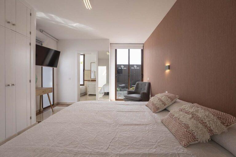 Dormitorio-de-matrimonio-de-villa-jarea-en-lanzarote-18