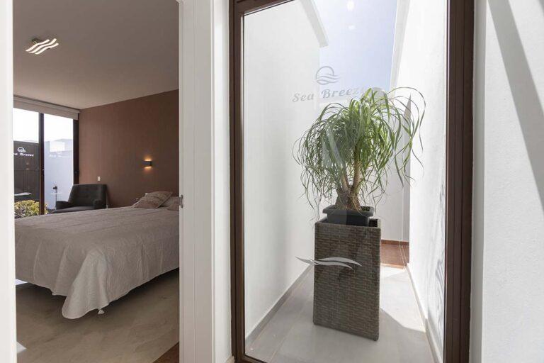 Dormitorios-desde-la-terraza-de-villa-jarea-en-lanzarote-24